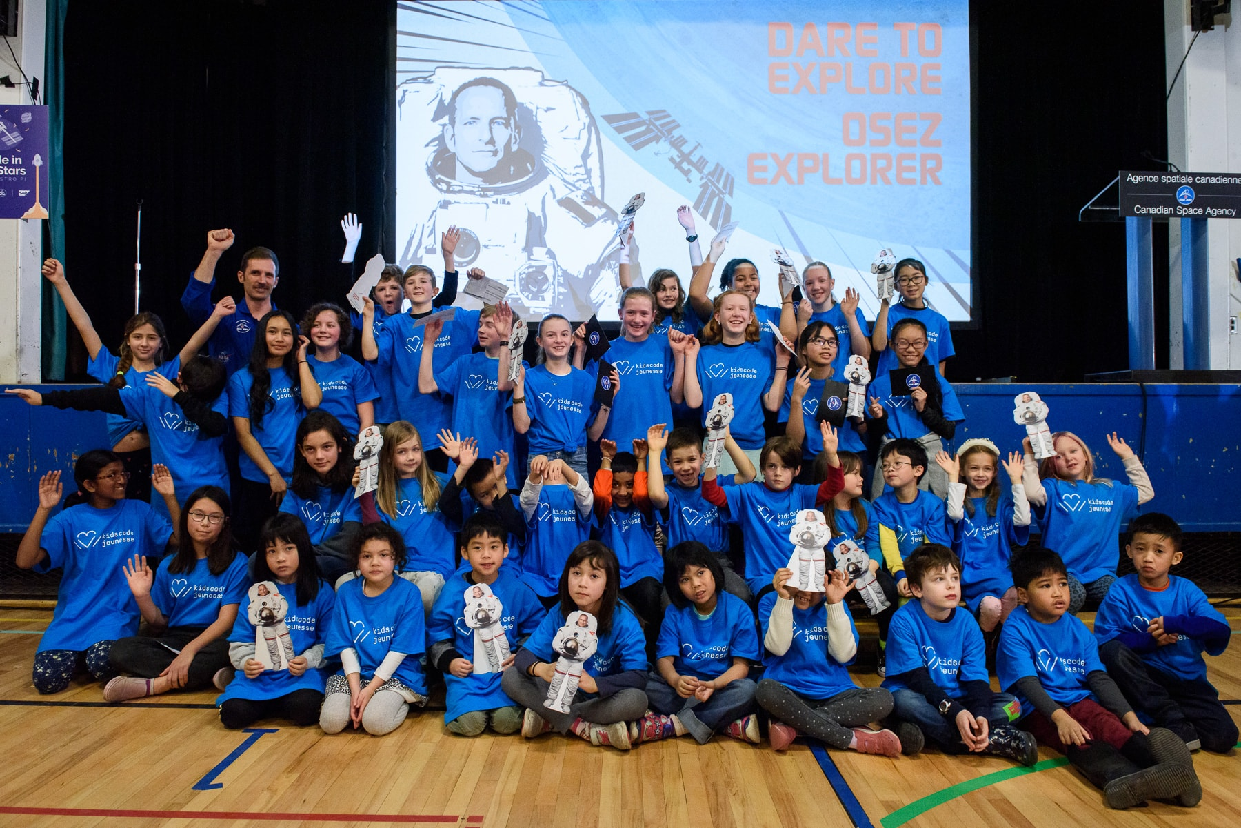 Group picture of kids cheering to the astronaut David Saint-Jacques.